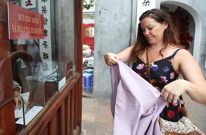 Đền Ngọc Sơn cho du khách mặc hở hang mượn áo khoác