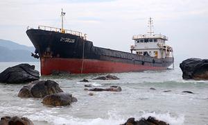 Trục vớt tàu 10 tỷ đồng mắc cạn ở biển Đà Nẵng