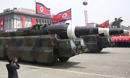 Tên lửa Triều Tiên trong lễ duyệt binh hôm 15/4. Ảnh: Independent