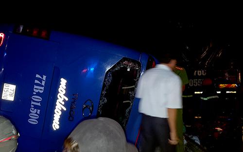 Nhiều người đập cửa kính, giải cứu hành khách kẹt trong xe giường nằm đưa đến bệnh viện. Ảnh: P.X