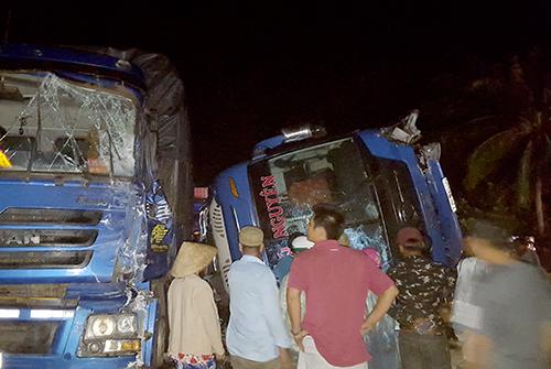 Ôtô khách lật ở Phú Yên sau va chạm, khiến 11 người nhập viện. Ảnh: P.X
