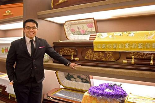 Lyndon Leong đang làm nghề tổ chức tang lễ.Ảnh:Straits Times