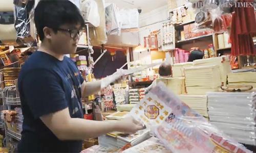 Alex Teo tại cửa hàng thừa kế từ ông nội và bố. Ảnh: Straits Times