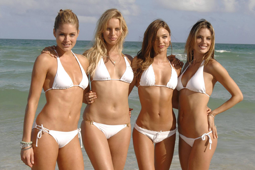 tai-sao-anh-4-nguoi-dep-bikini-khien-canh-may-rau-day-song