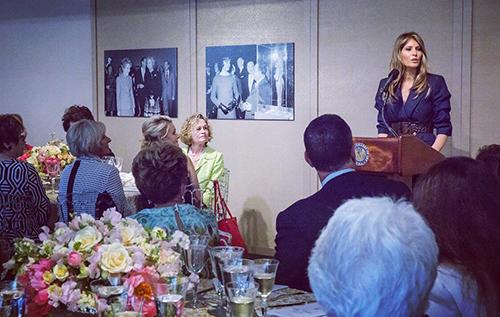 Bà Melania phát biểu tạitiệc trưa cùng phu nhân của các thượng nghị sĩ Mỹ tại trung tâm Triển lãm Nghệ thuật Quốc gia