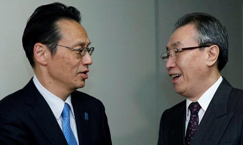 Ông Kenji Kanasugi (trái) và đặc sứ Trung Quốc Vũ Đại Vĩ. Ảnh: Reuters