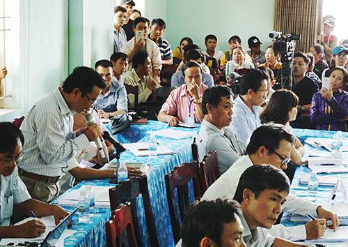 Giám đốc Công ty Cổ phần đô thị Ninh Hòa cúi đầu xin lỗi người dân vì để xảy ra ô nhiễm môi trường. Ảnh: Xuân Ngọc
