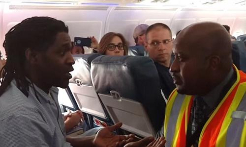 Hành khách Kima Hamilton (trái) nói chuyện với tiếp viên. Ảnh: Journal Sentinel