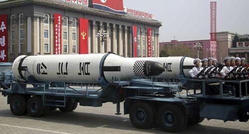 Tên lửa từ tàu ngầm được phô diễn trong cuộc duyệt binh ở Triều Tiên hôm 15/4. Ảnh: AP