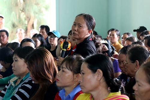 Người dân phản ánh tình trạng rác ở thị xã Ninh Hòa với chủ tịch tỉnh. Ảnh: Xuân Ngọc