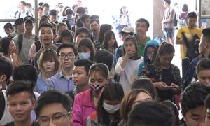 Người dân xếp hàng dài chờ mua vé về quê nghỉ lễ