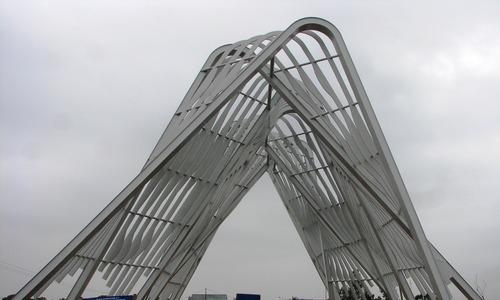 Thông xe cổng chào hai trăm tỷ ở Quảng Ninh