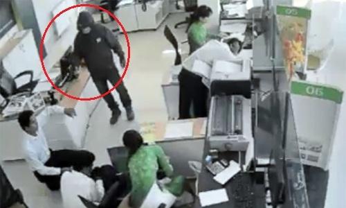 Kẻ dùng súng cướp ngân hàng Trà Vinh bị tật ở chân