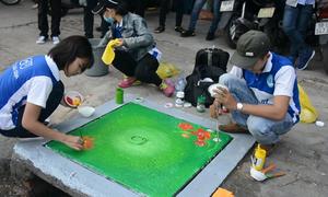 Vẽ tranh cho các nắp cống ở Sài Gòn