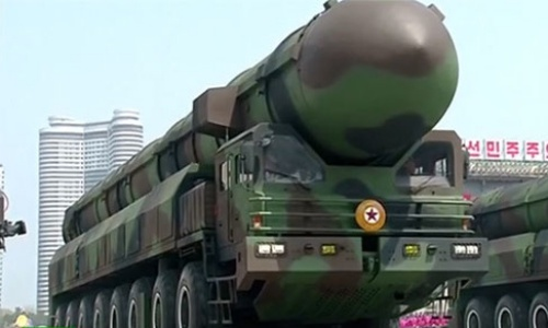 Triều Tiên khoe tên lửa đạn đạo xuyên lục địa mới trong cuộc duyệt binh hôm 15/4. Ảnh: