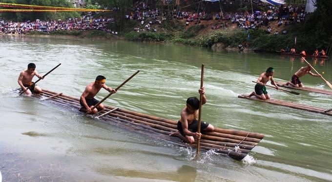 Trai tráng Tày, Nùng đua bè, thi bơi, lặn bắt vịt trên sông
