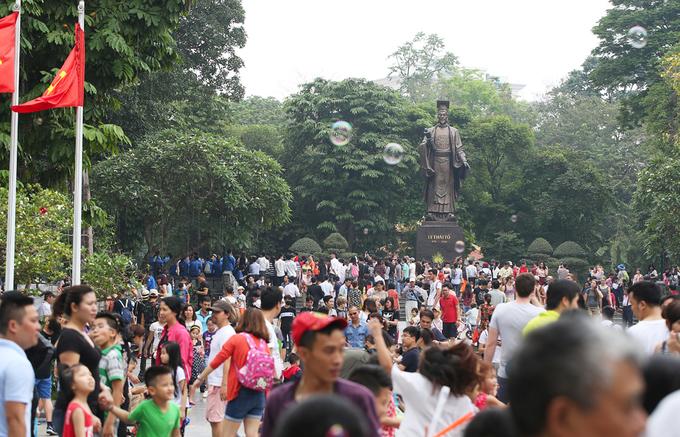 Nhiều điểm vui chơi ở Hà Nội đông chật người