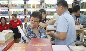 Phố sách Hà Nội thu hút khách dịp nghỉ lễ