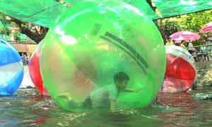 Người Sài Gòn thích thú trò bóng nước