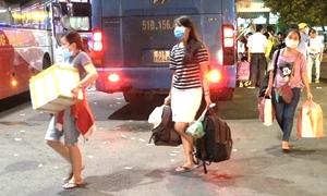 Người dân lỉnh kỉnh đồ đạc trở lại Sài Gòn lúc nửa đêm