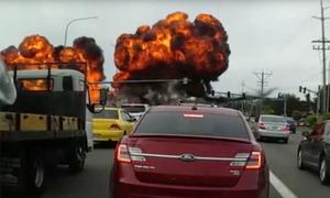 Khoảnh khắc quả cầu lửa bùng lên khi máy bay Mỹ lao xuống đường