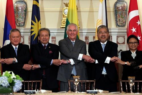 Ngoại trưởng Mỹ Rex Tillerson (giữa) chụp ảnh cùng các ngoại trưởng ASEAN tại Washington ngày 4/5. Ảnh: Reuters.