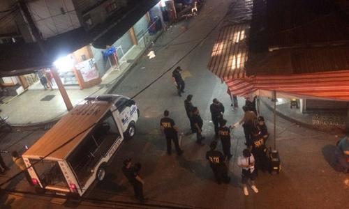 Cảnh sát Philippines kiểm tra hiện trường vụ nổ đầu tiên. Ảnh: Rappler.
