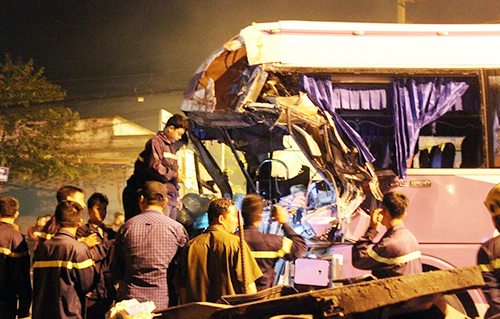 Cảnh sát cứu hộ cắt đầu xe để đưa thi thể tài xế ra ngoài. Ảnh: Nguyệt Triều