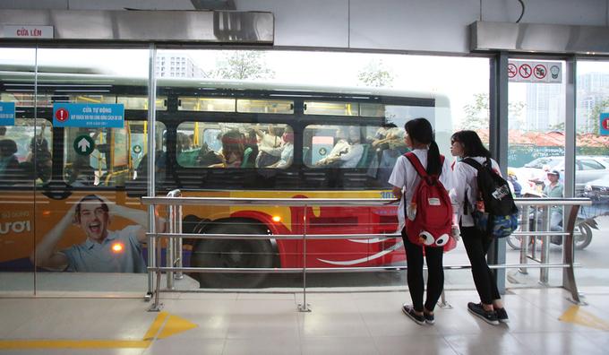 Buýt nhanh Hà Nội vắng khách dù đi làn riêng
