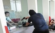 Bảo vệ chạy lên lầu khi thấy tên cướp ngân hàng có súng
