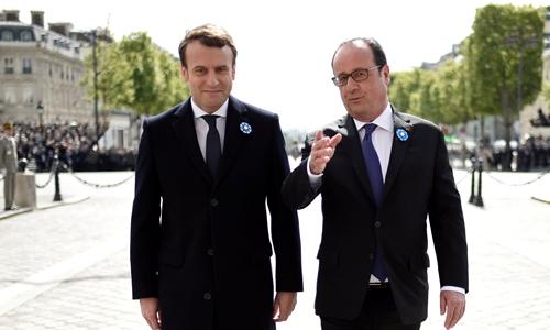 Tổng thống Pháp Francois Hollande (phải) và người chuẩn bị kế nhiệm ông Emmanuel Macron. Ảnh: Reuters.