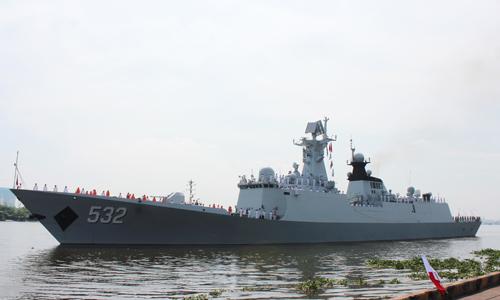 Tàu Hộ vệ tên lửa 532/Jing Zhou của Hải quân Trung Quốc đang được lai dắt cập cảng quốc tế Thành phố Hồ Chí. Ảnh: TTXVN.