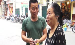Người phụ nữ 40 năm rung chuông bán lạc rang trên phố cổ Hà Nội