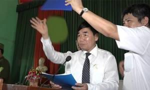 Giật biển, ném dép ngăn tòa công khai xin lỗi ông Hàn Đức Long