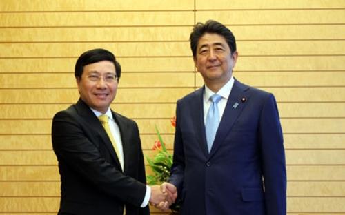 Phó thủ tướng, Bộ trưởng Ngoại giao Phạm Bình Minh bắt tay Thủ tướng Nhật Bản Shinzo Abe. Ảnh: VOV.
