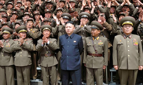 Nhà lãnh đạo Triều Tiên Kim Jong-un chụp ảnh cùng các binh sĩ quân đội. Ảnh: KCNA.