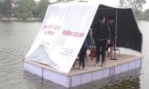 Học sinh chế giường cứu sinh cho người dân vùng lũ