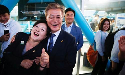 Dù đã cưới nhau hơn 30 năm song vợ chồng tổng thống Hàn Quốc vẫn dành cho nhau những cử chỉ thân mật. Ảnh: Ettoday