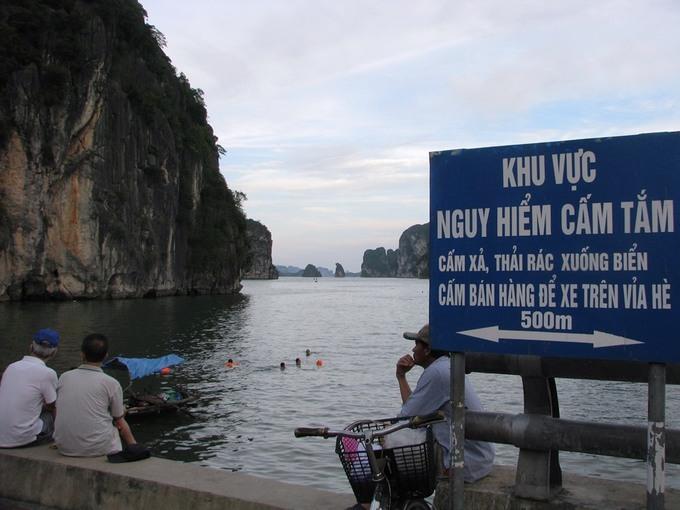 Hàng nghìn người tắm biển bất chấp cảnh báo nguy hiểm
