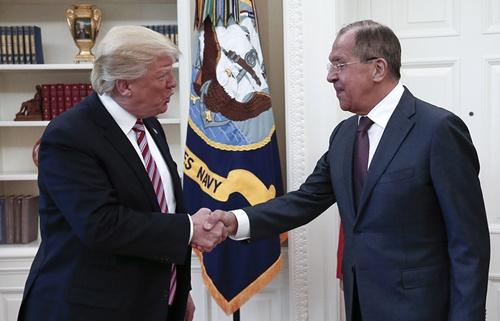 Tổng thống Mỹ Donald Trump bắt tay Ngoại trưởng Nga Sergei Lavrov. Ảnh: Tass.
