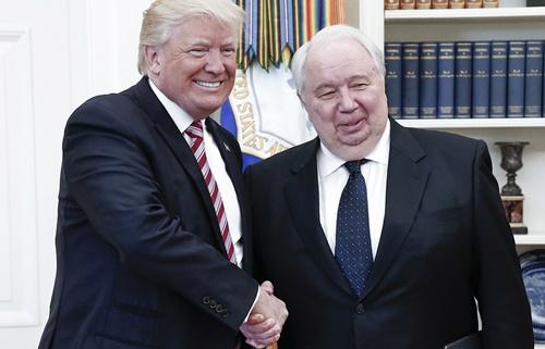 Tổng thống Mỹ Donald Trump bắt tay đại sứ Nga tại Mỹ Sergei Kislyak. Ảnh: Tass.