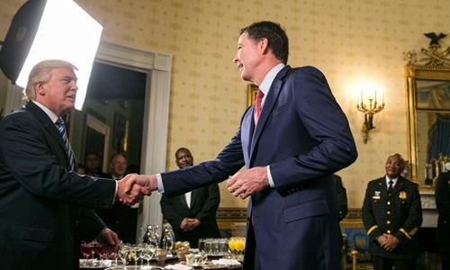 Tổng thống Donald Trump bắt tay James Comey trong buổi tiếp nhân viên hành pháp và ứng phó khẩn cấp tại Phòng