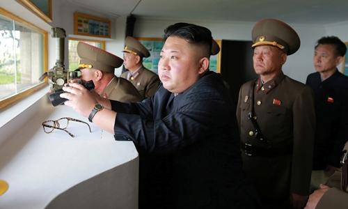 Lãnh đạo Triều Tiên Kim Jong-un trong chuyến thăm các đơn vị đóng quân trên hai đảo tiền tiêu Jangjae và Mu ở cực tây nam. Ảnh: KCNA.