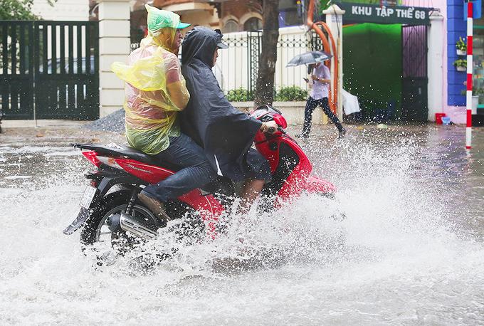 Phố Hà Nội ngập sau cơn mưa đầu mùa