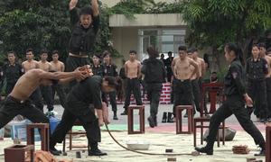 Màn biểu diễn khí công của nữ cảnh sát đặc nhiệm Hà Nội