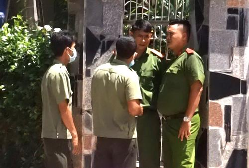 Cảnh sát khám xét nhà Hoàng. Ảnh: Xuân Thắng.