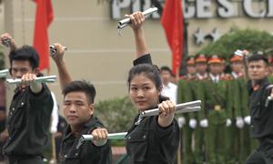 Nữ cảnh sát đặc nhiệm múa côn nhị khúc điêu luyện