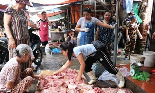 Sạp thịt ở Hải Phòng đắt hàng hơn sau khi bị hắt dầu luyn