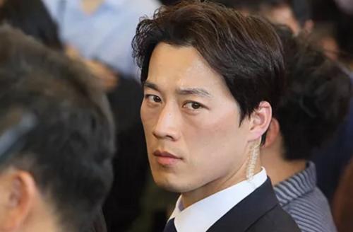 Nam vệ sĩ của tổng thống Hàn Quốc đang thu hút sự chú ý của người dùng mạng xã hội.