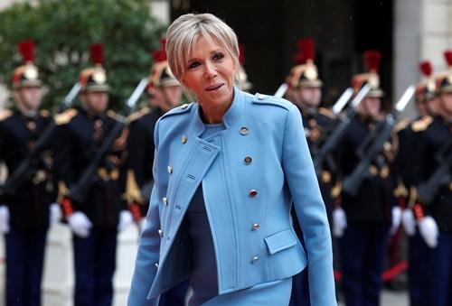 Bà Brigitte Trogneux, vợ ông Emmanuel Macron, tới điện Elysee ngày 14/5. Ảnh: Reuters.